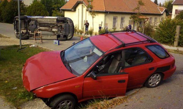 Árokba csapódott a Subaru, a Bt. furgonja pedig felborult – látványosság lett a baleset az utcában