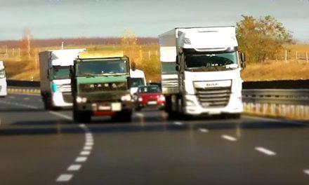 Ész nélkül, tilosban előzgető kamionok az M7-esen! A rendőrség videóján minden látható