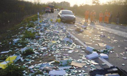 Rengeteg csoki és nápolyi borult az útra egy balesetben – Fotók!