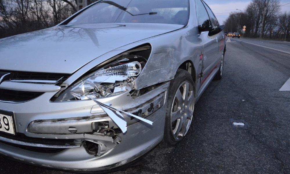 Szándékosan nekiment egy másik autónak, majd elhajtott – elkapták, megy a bíróságra