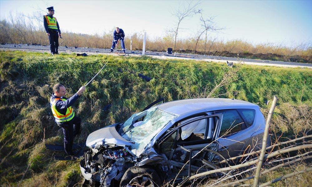 Vadbaleset! Árokba csapódott az autó, hárman megsérültek, de kié ilyenkor a felelősség?