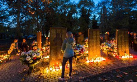 Rosszul lettek a temetőben, kétszer is mentőt kellett hívni a budapesti sírkertekbe