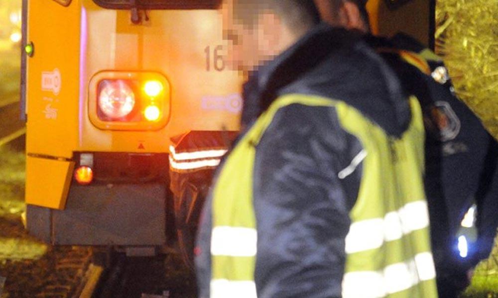 Sokkoló gázolás: tűzoltók emelték ki a sérültet a villamos alól