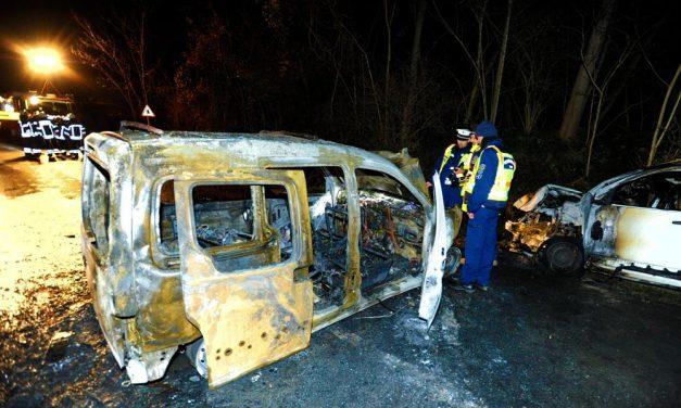 Szörnyű fotók: Kigyulladt két egymásnak csapódótt autó kedd este