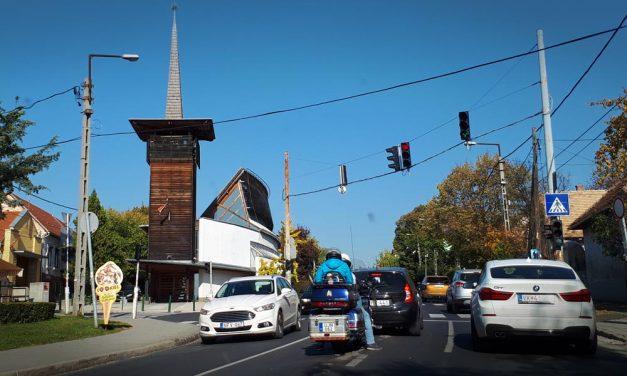Félpályás útlezárásra ébredtek a budakesziek – áll a forgalom a településen