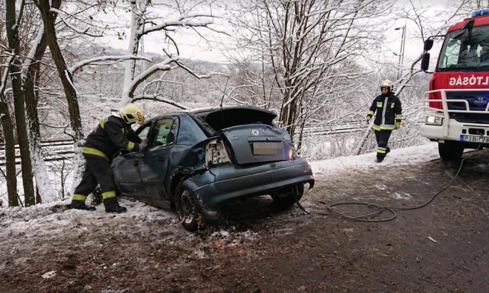 Megcsúszott a jeges úton az Opel, tűzoltók húzták ki az árokból