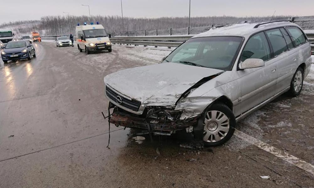 Egy kisbusz és egy autó ütközött Kerepesnél, többen megsérültek