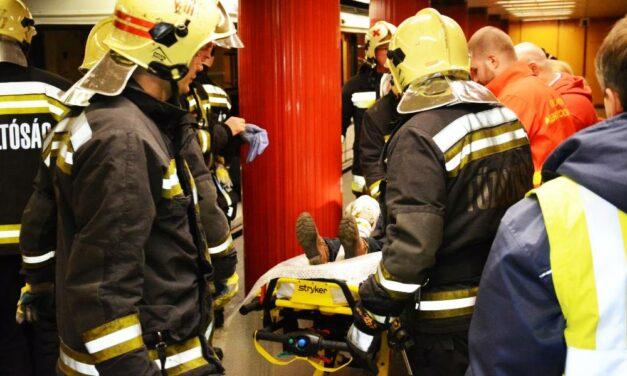 A metrószerelvény alól szedték ki az asszonyt, sokkoló képek a mentésről