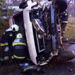 Súlyosan megsérült a sofőr, a Pátynál összetört kisbuszban
