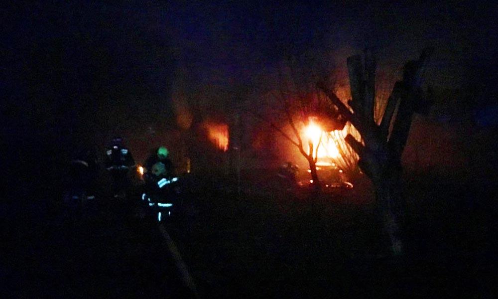 Nagy lángokkal égett a családi ház, oxigénpalackra is szükség volt