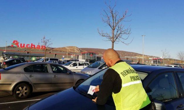 Rendőrök szállták meg a budaörsi Auchan parkolóját