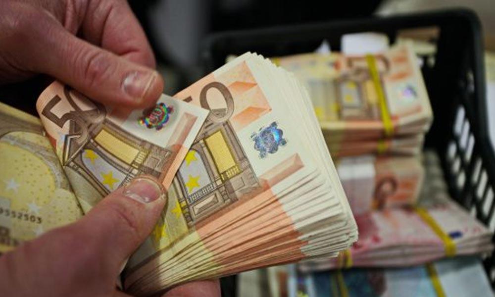 Rengeteg eurót akart átcsempészni egy utas a ferihegyi vámon