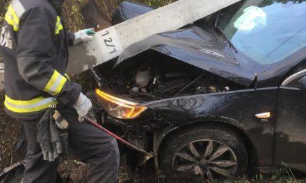 Villanyoszlopnak csapódott a vadonatúj Opel, a légzsák is kirobbant