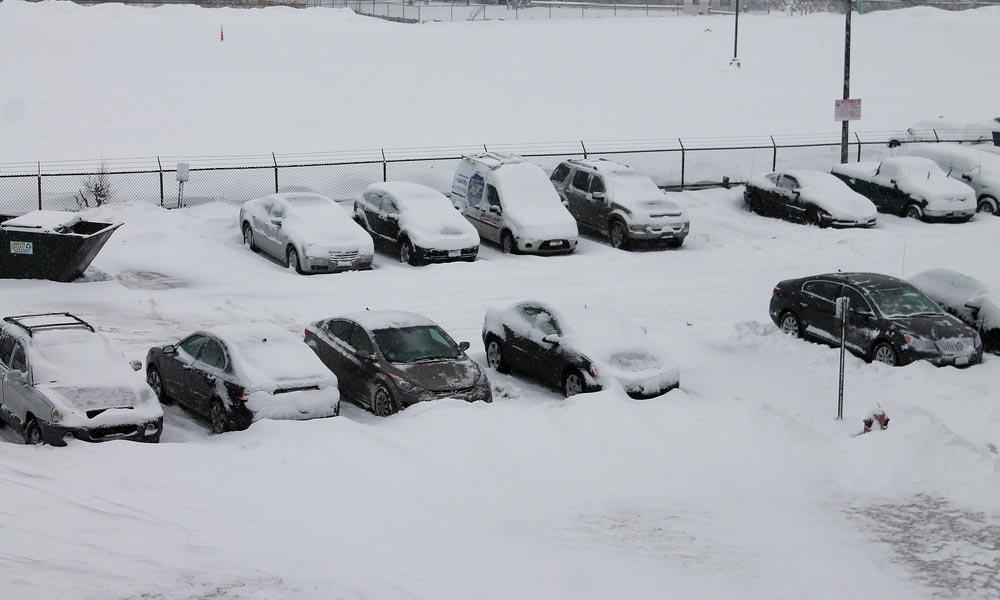 Hozzányúlhat a behavazott autóhoz a parkolóőr? Itt a válasz a vitatott kérdésre!