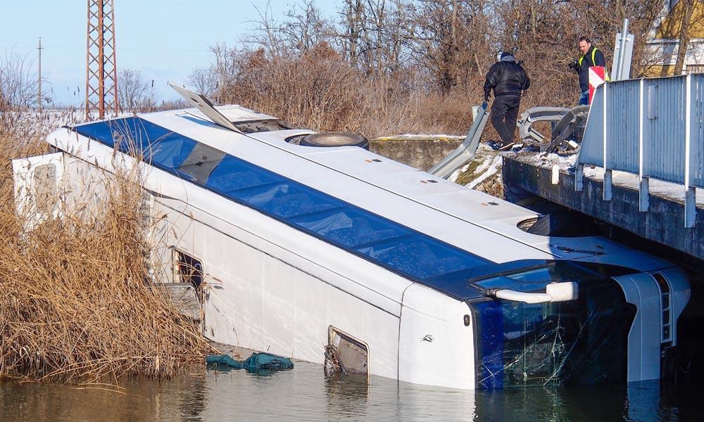 Megcsúszott a jeges úton és a csatornába zuhant egy busz