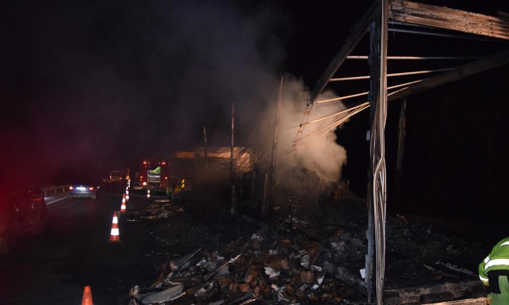 Égő kamion miatt lezárták az M1-est, lángokban állt a jármű, robbanást is hallottak