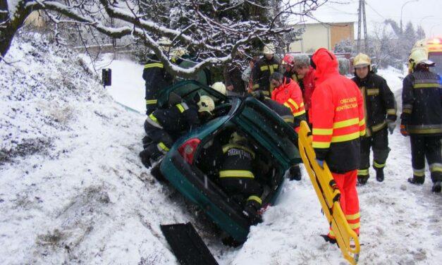 Árokba csúszott és felborult a Renault, az egyik utas beszorult a roncsba