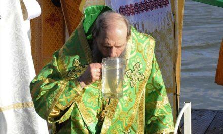 Nagyot kortyolt egy pap a Duna vizéből