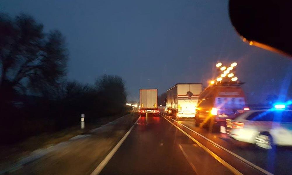 Defektes kamion akadályozza a forgalmat az M2-esen