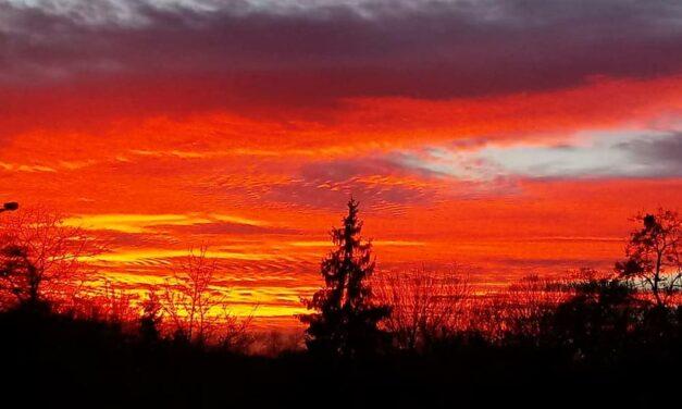 Káprázatos naplementén pörög az agglomeráció, de mitől volt ilyen színes az ég?