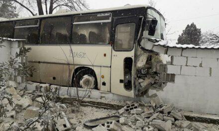 Kerítésnek csapódott egy busz Szentendrén, csúsznak az utak az agglomerációban