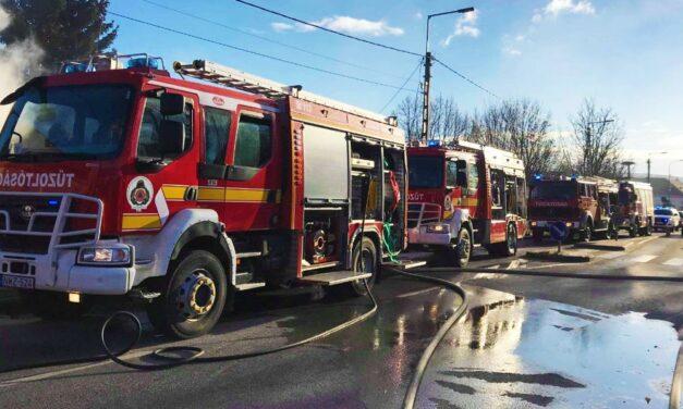 Leégett egy társasház tetőszerkezete – a tüzet még nem sikerült eloltani