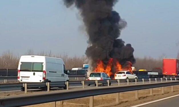 Az M0-s úton két autó lángol a Megyeri-híd felé vezető oldalon (Videó)