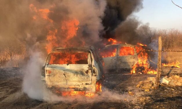 Hatalmas lángokkal égett egyszerre két autó Mogyoródon – Fotók!