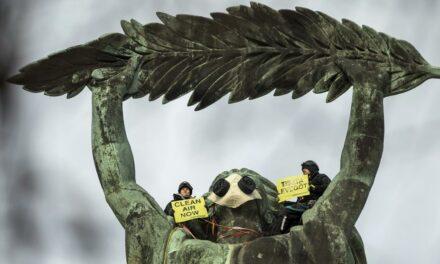A Szabadság-szobor nyakából sürgették a dízelautók kitiltását Budapestről