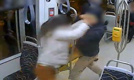A pofátlan tolvaj ki akarta kapni a villamoson utazó nő kezéből a mobilt (Videó)