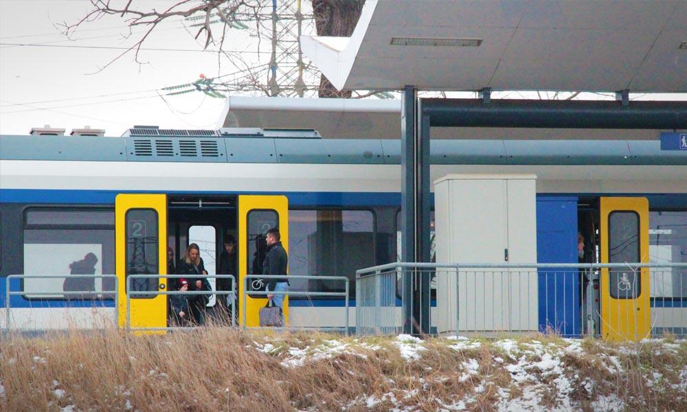 Felháborodás a vonaton: Átment a piros jelzésen a szerelvény, leállították, senki sem hagyhatja el