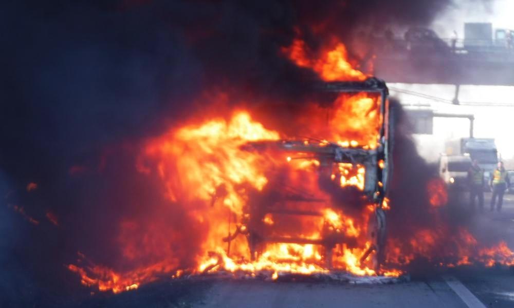 Lángba borult egy kamion az M7-esen, nagy volt a káosz