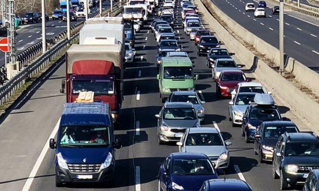 Négyes karambol az M4-es autóúton: Budapest felé minden irányból nehéz a közlekedés