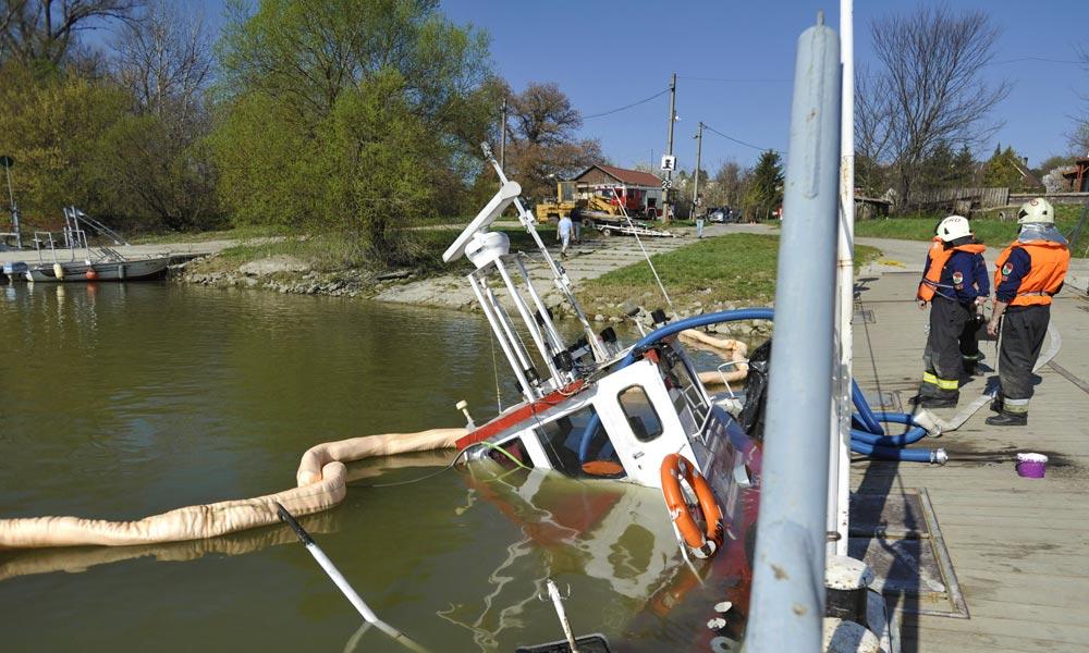 Elsüllyedt egy hajó a Dunában Százhalombattánál