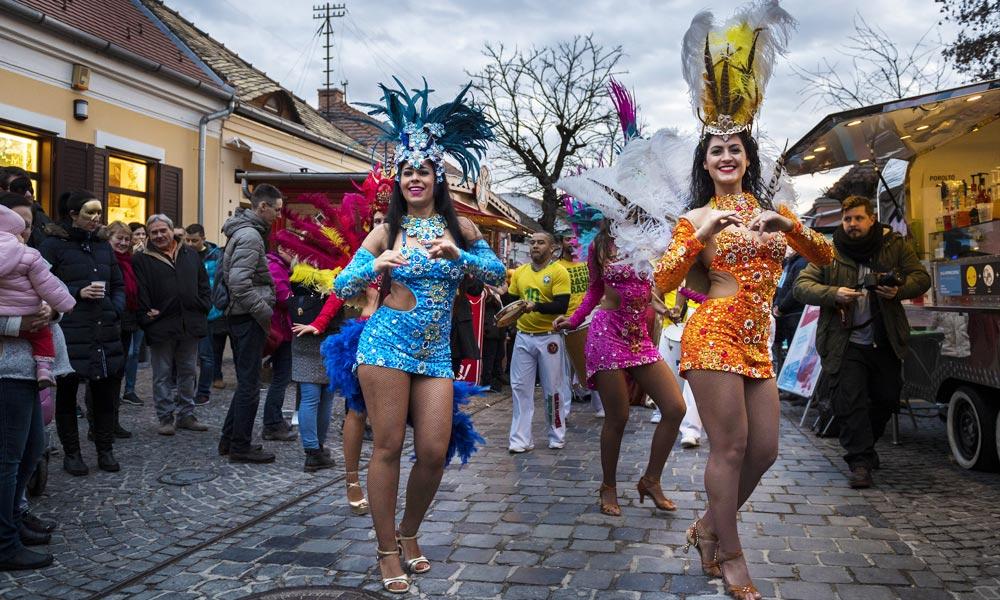 Szambázó táncosnők az utcán – Nagy buli volt a Szentendrei Karnevál