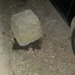Összetörött az autóm a ház elé tett kőtömböktől, ki a felelős?