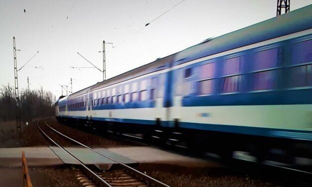 Két embert is elgázolt a vonat vasárnap este Budapest környékén