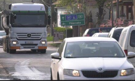 Elég volt! Lezárnák az utat a házak közt átdübörgő kamionok elöl Tinnyén