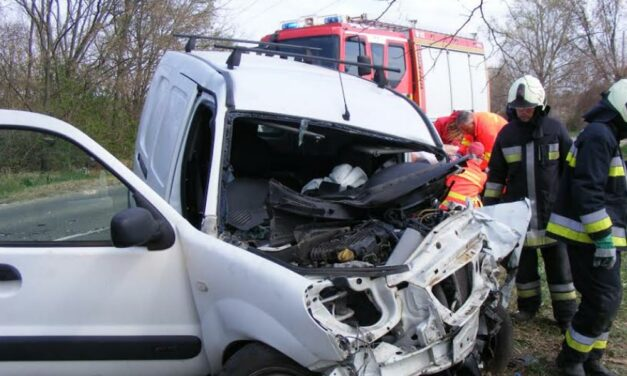 Egymásnak csapódott két autó Aszódnál, feszítővágó is kellett