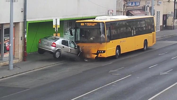 Frontálisan ütközött egy Volánbusszal a 90 éves sofőr – VIDEÓ