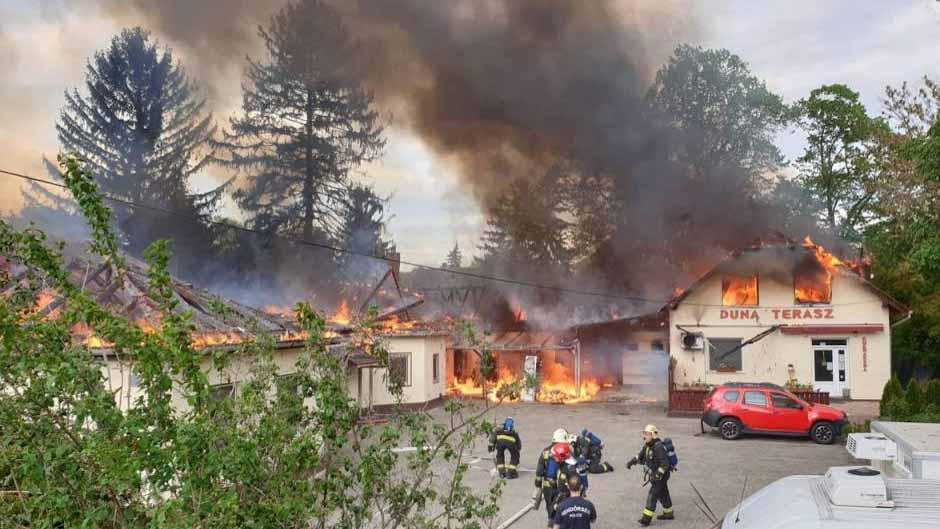 Óriási lángokkal égett egy cukrászüzem Leányfalun