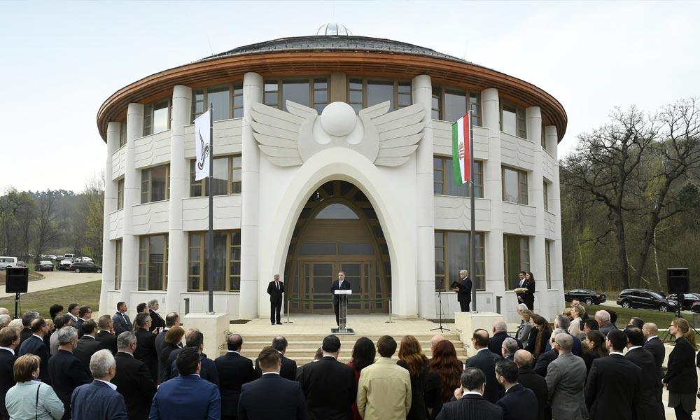 Piliscsabán egy fontos épület előtt mondott beszédet Orbán Viktor