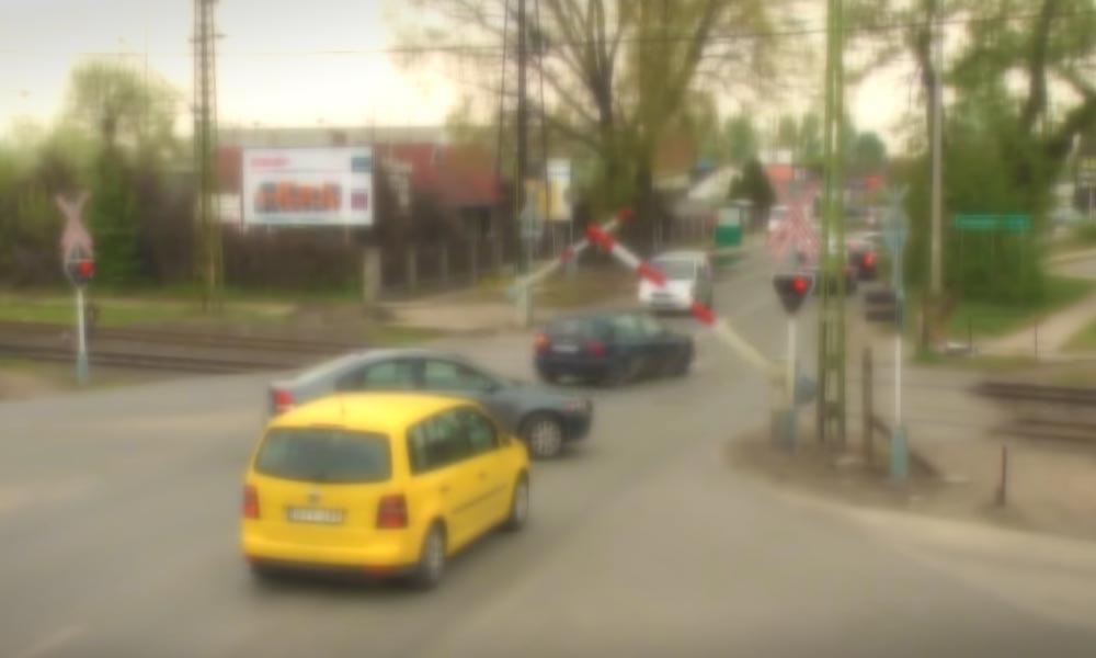 Már lefelé ment a sorompó, amikor áthajtott HÉV-átjárón az autós Szigetszentmiklóson (VIDEÓ)