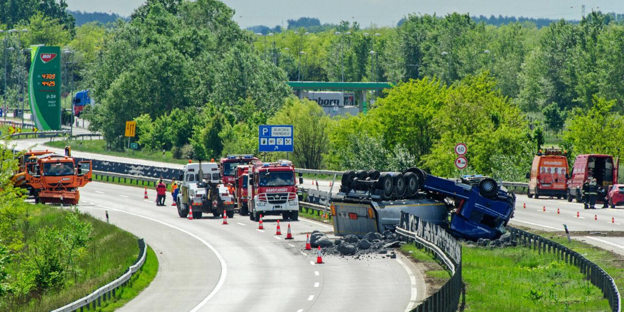 Durva baleset az M0-áson, és még a MÁV vezére is elégedetlen