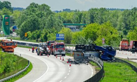 Felborult egy veszélyes anyagot szállító kamion, teljesen lezárták az M0-ást