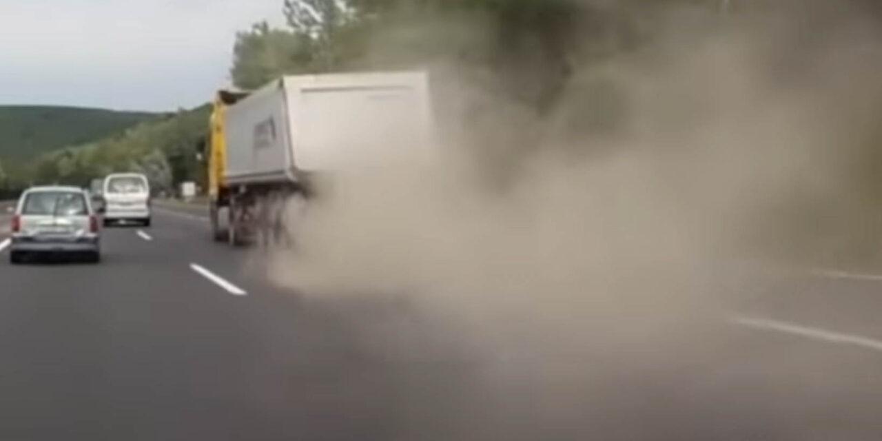 Így robban szét egy kamion gumija menet közben az M3-ason (Videó)