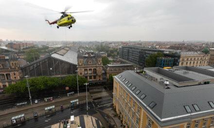 Helikopterrel emeltek egy berendezési tárgyat egy épületre a Nyugati térnél