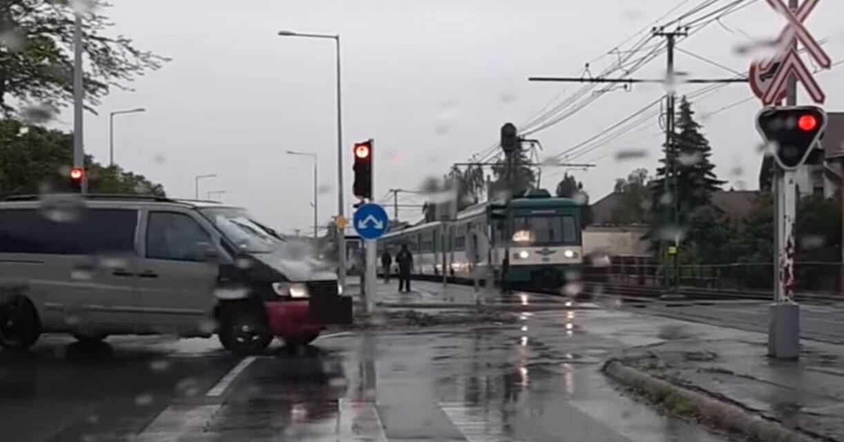Gátlástalanul áthajtott a soroksári HÉV előtt a kisbusz