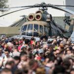 Óriási tömeg volt kiváncsi a Budaörsi Repülőtéren a harci eszközökre