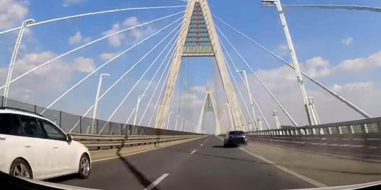 Esztelen verseny a Megyeri hídon – két mercis miatt majdnem meghalt egy család (Videó)